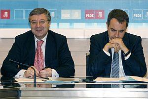 El secretario de Organización del PSOE, José Blanco, y el presidente del Gobierno, Rodríguez Zapatero. (Foto: EFE)