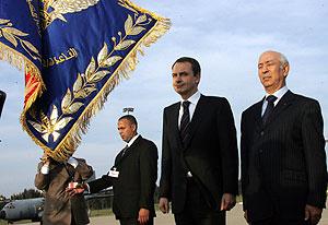Driss Yetú (dcha.) y Zapatero escuchan los himnos nacionales de España y Marruecos en Rabat. (Foto: AFP)