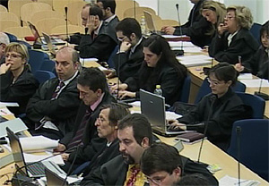 Abogados y acusaciones en el juicio, durante la declaración de uno de los policías de la UCIE. (Foto: LaOtra)