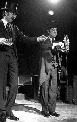 Coll (dcha.) junto a 'Tip' durante una actuación. (Foto: EFE)