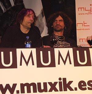 Roberto Iniesta (izda.) e Iñaki 'Uoho' Antón, durante la presentación del sello. (Foto: E.M.)