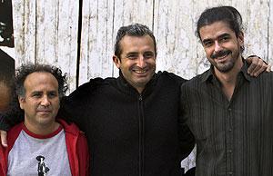 Mariano Barroso (c), Javier Corcuera (i) y Fernando León, tres de los cinco directores de 'Invisibles'. (Foto: EFE)