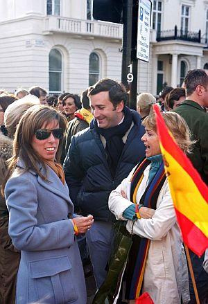 La hija y yerno de Aznar, en la protesta de Londres. (Foto: EFE)