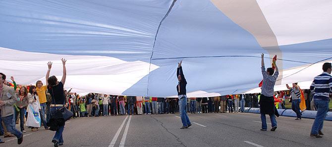 Jóvenes de las nuevas generaciones del PP elevan la bandera con el lazo azul que encabezaba la manifestación. (Foto: S.R.S)