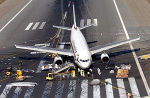 El avión accidentado en el aeropuerto de Dubai. (Foto: AFP)