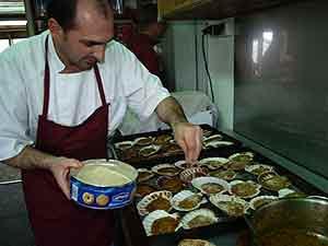 Miguel, el cocinero de la base, prepara la cena de despedida. (Foto: Juan Carlos García)