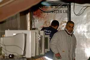 Agentes de policía, en el cibercafé. (Foto: EFE)