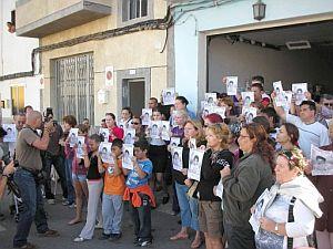 Vecinos de Vecindario muestran carteles de Yeremi. (Foto: EFE)