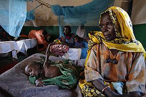 Una mujer y su hijo, en el hospital de un campo de refugiados de ACNUR, en Goz Beida. (Foto: Alexis Duclos)