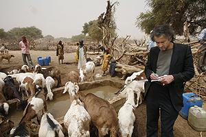 Bernard-Henri Lévy, en Darfur. (Foto: Alexis Duclos)