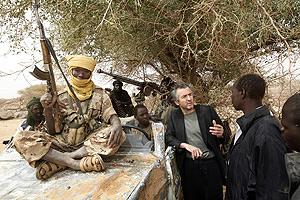 Lévy conversa con Mustafá Adam Ahmadai, en Beirmazza. (Foto: Alexis Duclos)