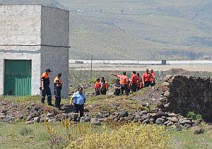 Miembros de los equipos de búsqueda se reparten una zona. (Foto: EFE)