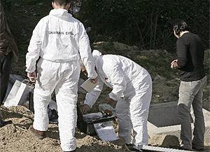 Agentes de la Guardia Civil investigan el lugar de los hechos. (EFE)