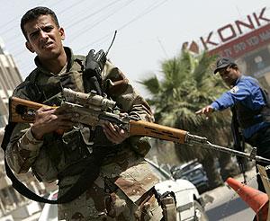 Un soldado iraquí controla el tráfico en un punto de control en Bagdad. (Foto: REUTERS)