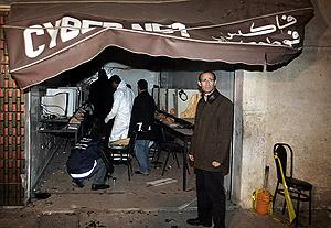 Imagen del cibercafé tras la explosión. (Foto: REUTERS)