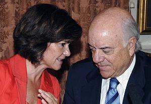 Carmen Calvo conversa con el presidente de BBVA, Francisco González, durante la firma del convenio de colaboración. (Foto: EFE)