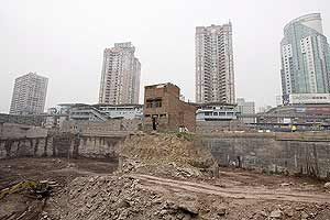 El propietario de esta vivienda, acogiéndose a la nueva ley, se nieva a vender su parcela a una constructora. (Foto: EFE)
