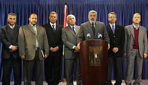 Haniya, con algunos de los ministros propuestos para el Gobierno de unidad nacional. (Foto: AFP)