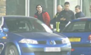 Asier Larrinaga, custodiado por la Policía española. (Foto: Telecinco)