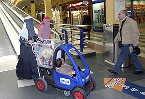 Dos mujeres cubiertas con el 'niqab', en Alcobendas. (Foto: Quique Fidalgo)
