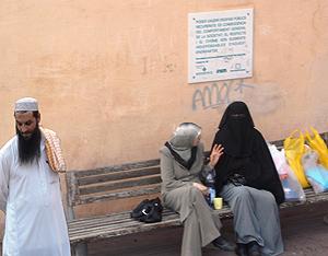 Dos mujeres, una con 'hiyab' y otra con 'niqab', en Vic (Barcelona). (Foto: EL MUNDO)