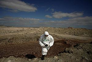 Un voluntario de la organización, en una de las balsas de fosfoyesos. (Foto. Pedro Armestre/Greenpeace)