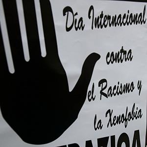 Pancarta del Día Internacional contra el Racismo y la Xenofobia. (Foto: Adrián Ruiz de Hierro)