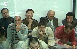 Vista del habitáculo blindado desde donde siguen el juicio la mayoría de los procesados. (Foto: LaOtra)