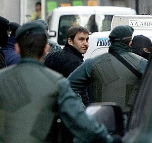 Agentes de la Guardia Civil detienen a Otegi en Elgoibar. (Foto: EFE)
