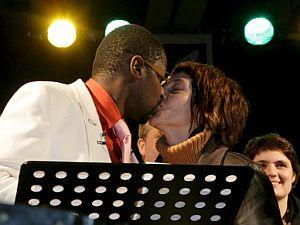 Van Bellingen besa a su esposa durante la ceremonia. (Foto: EFE)