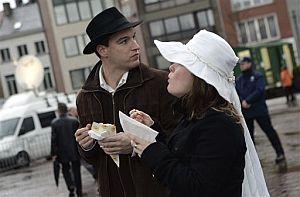 Una pareja come algo antes de la ceremonia. (Foto: AP)