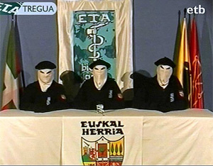Tres miembros de ETA leen el comunicado del alto el fuego. (Foto: EL MUNDO)