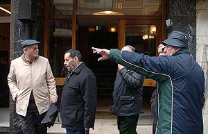 Varios vecinos del barrio charlan ante el portal en cuyo quinto piso se produjo el suceso. (Foto: EFE)