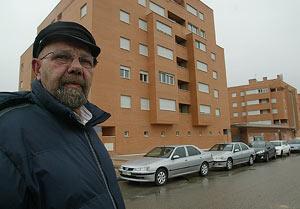 José Moreno, frente a la construcción que ha edificado en Fuenlabrada. (Foto: José Moreno)