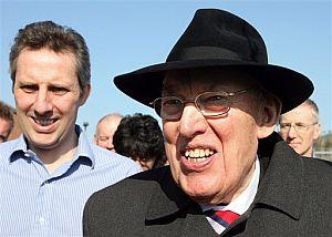 Ian Paisley (dcha.), con su hijo, al abandonar la asamblea. (Foto: AP)