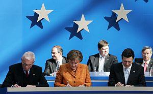 Poettering, Merkel y Barroso firman la Declaración de Berlín. Vea más fotos. (Foto: AFP)