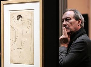El actor ruso Oleg Yankovsky contempla una de las obras. (Foto: AFP)