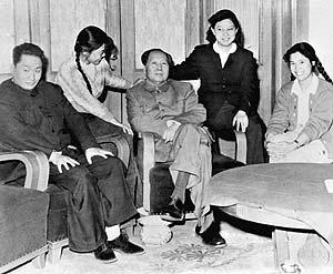 Mao Anquing, a la izquierda, posa junto a sus hermanas y su padre. (Foto: AP)