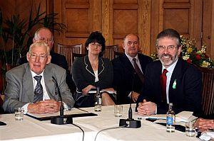 Ian Paisley (izq.) y Gerry Adams (dcha.), en la mesa de negociación. (Foto: AP)