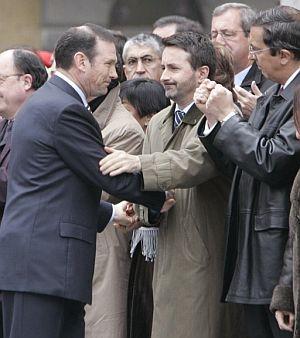 Ibarretxe, saluda al presidente del PNV antes de declarar como imputado. (Foto: EFE)
