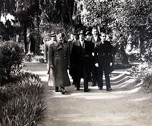 Oliveira Salazar (dcha.) junto a Francisco Franco (izda.) y el poeta Joaquín Romero (centro) en 1942 en el Alcázar. (Foto: Fundación J. M. Lara)