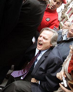Aguirre, tras ser agredido. [VEA EL VÍDEO] (Foto: EFE)