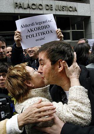 Una mujer besa a Otegi a las puertas del TSJPV.(Foto: EFE)