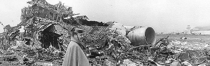 Un guardia civil junto a los restos de uno de los aparatos. (Foto: EFE)
