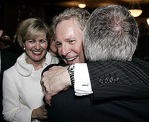 Jean Charest, líder del Partido Liberal de Quebec, celebra la victoria de su partido. (Foto: CP)