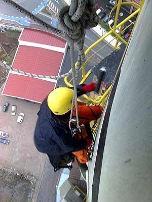 Uno de los escaladores, subido a la chimenea de la central. (Foto: Pedro Armestre/Greenpeace)