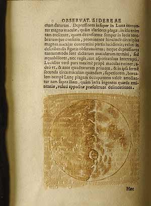 La Luna, en tonos ocres, en la que se pueden apreciar algunos cráteres. (Foto. EL MUNDO)