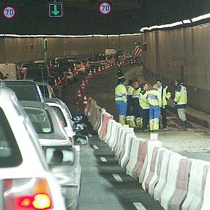 Un carril del túnel permaneció cerrado toda la tarde para la arreglar el problema del colector. (Julio Palomar)