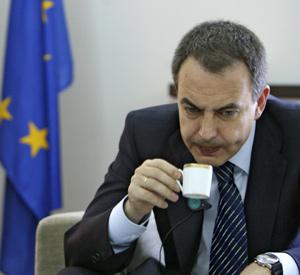 El presidente Zapatero degusta un café durante una entrevista. (Foto: José Ayma)