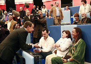 Zapatero conversa con algunos de los ciudadanos en TVE. (Foto: EFE)